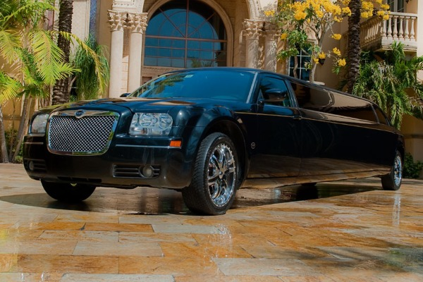 8 Person Chrysler 300 Limo Service Miami